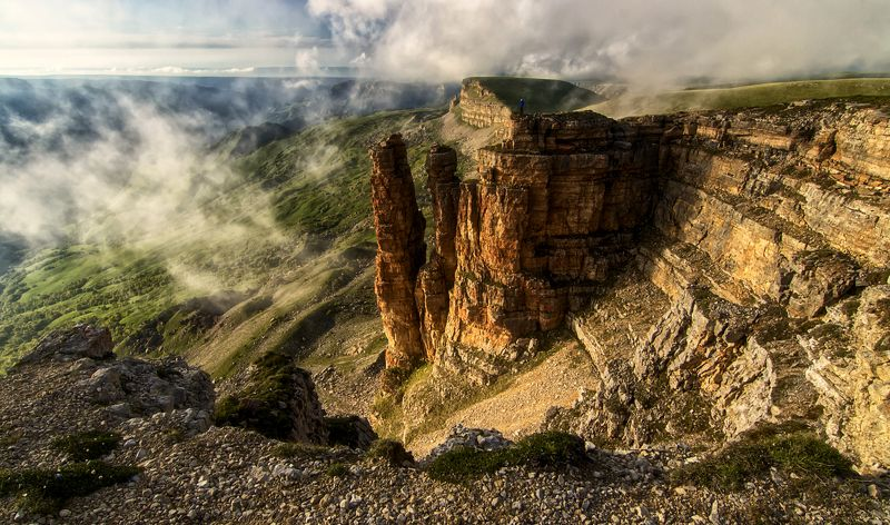 кавказ,горы,плато,туман,закат,турист. \