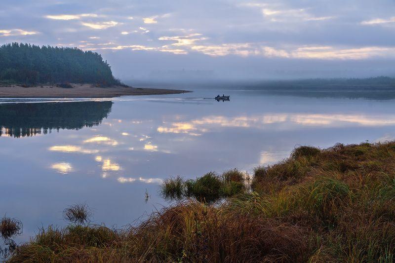 утро река лес берег трава отражения туман лодка Сквозь утренний туманphoto preview