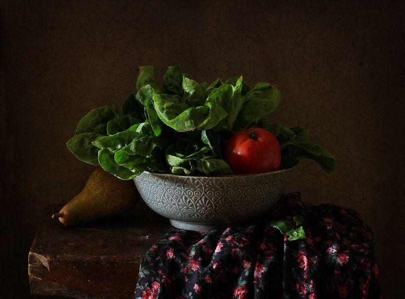 натюрморт С зеленым салатом..photo preview