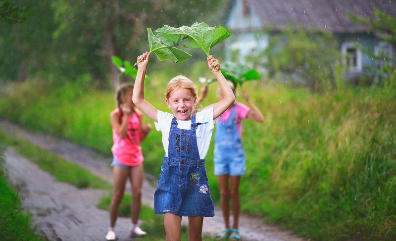 портрет, жанр, жанровый портрет, дети, детство, истории из детства, красота, девочка, сестра, дружба, счастье, дождь, под дождем, природа, эмоции Истории из детства. Счастливый дождикphoto preview