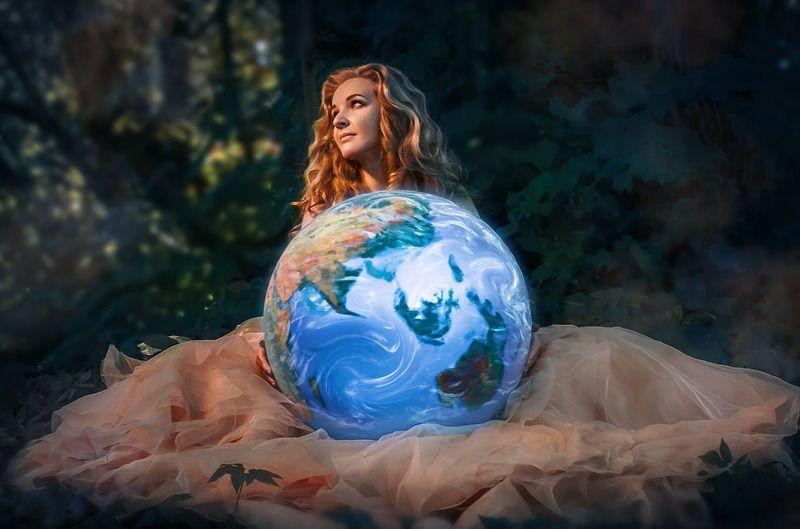 планета, земля, девушка в платье, фотосессия в лесу Жемчужинаphoto preview