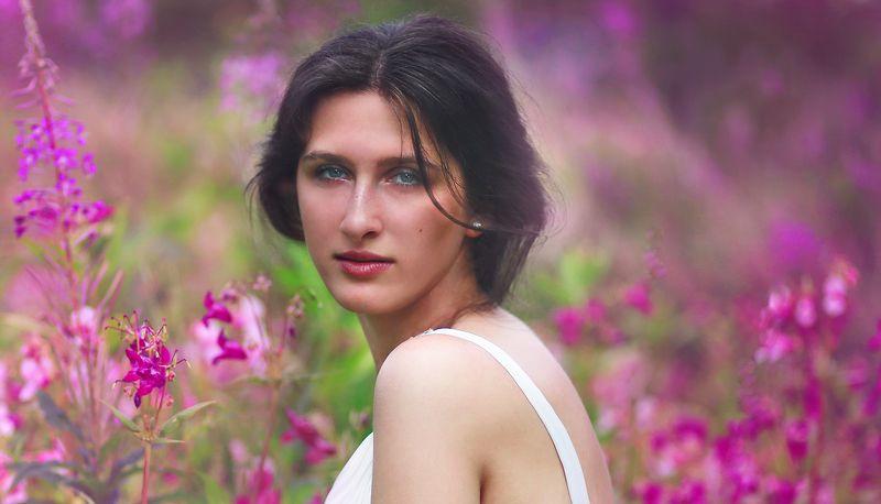 портрет, девушка, цветы, природа, красота, жанр, жанровый портрет, свет, цвет, глаза, плечи, взгляд, брюнетка Аннаphoto preview