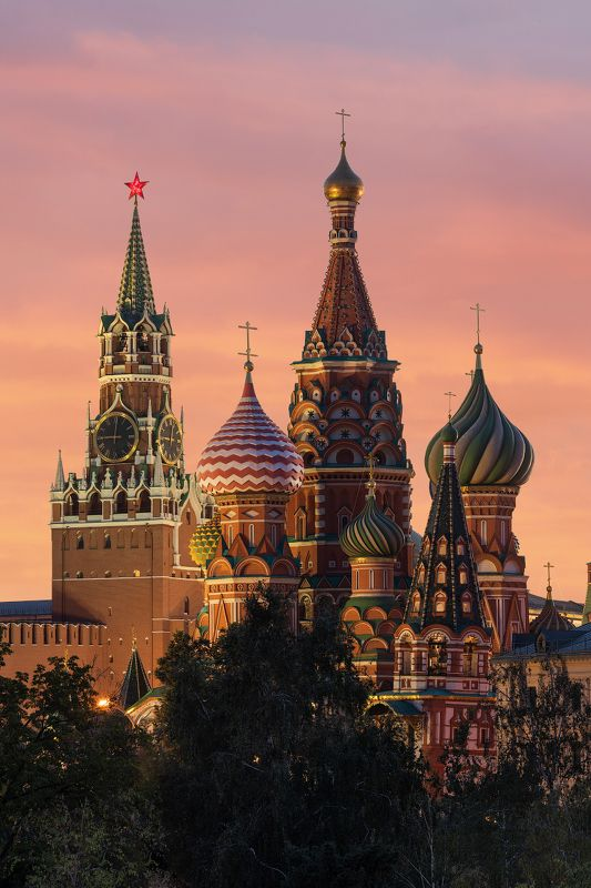 The Cathedral of Vasily the Blessed and the Spasskaya Tower of Moscow Kremlin.photo preview