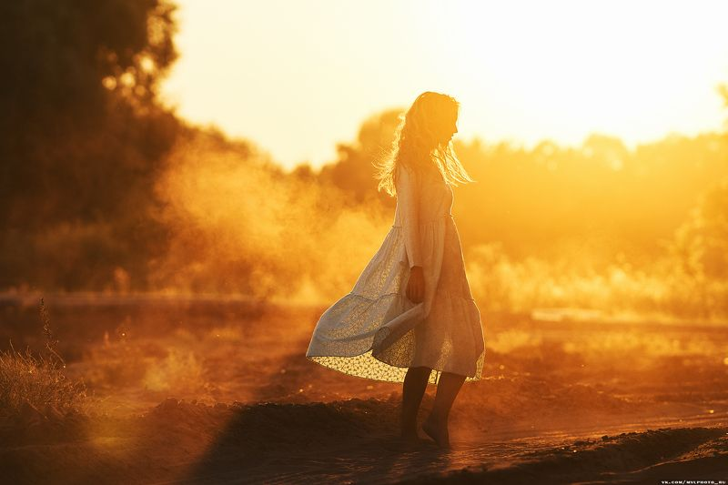 закат, девушка, платье, атмосфера, пыль, солнце, лучи, свет новое платьеphoto preview