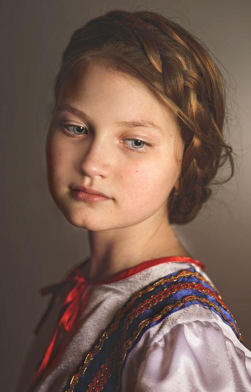 девочка, портрет, красивая, русская, коса, настроение, характер, взгляд, глаза, волосы, жанр, жанровый портрет, свет, цвет Портрет Алиныphoto preview