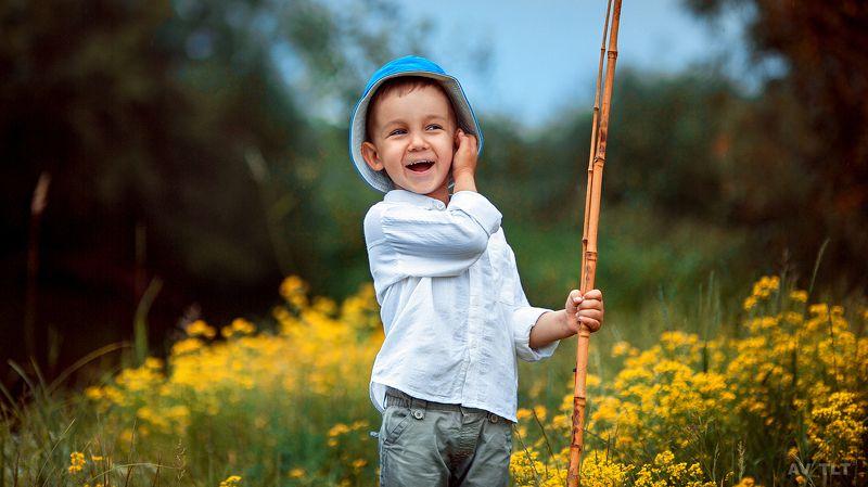 детское, малыш, ребенок, рыбак, цветы, поле, на природе, улыбка Лешаphoto preview