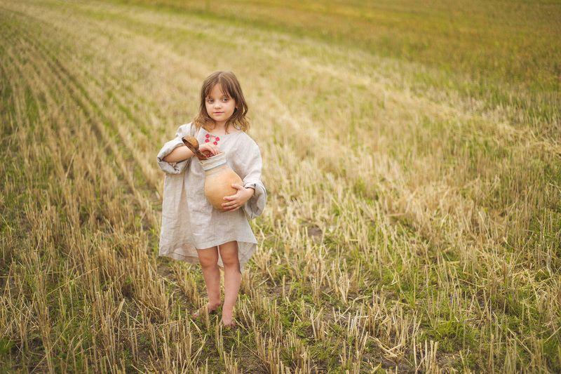 Девочка с кувшиномphoto preview