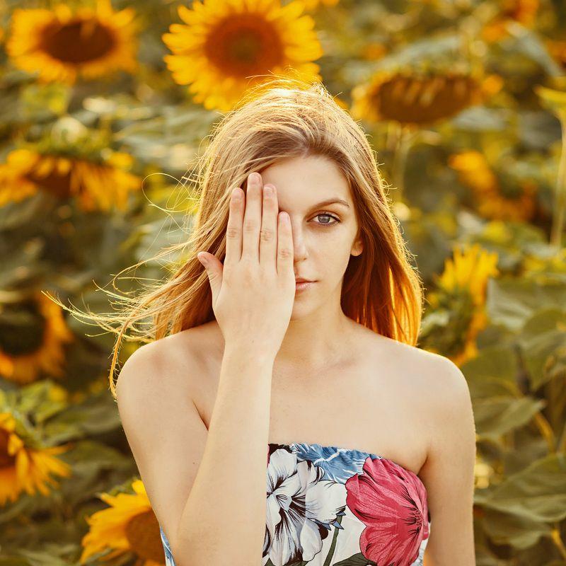 девушка, солнце, лето, подсолнухи, настроение, свет, яркий, желтый, цвет, руки, глаза, взгляд, крупный план Татьянаphoto preview