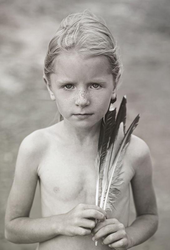портрет, жанр, жанровый портрет, девочка, детство, черно-белое, глаза, взгляд, лицо, настроение, характер, игра, ритм, цвет, свет, истории из детства  Линдаphoto preview