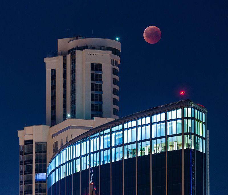 луна, затмение, город, дома, здания,огни, цвет, красный Лунное затмение в Екатеринбургеphoto preview