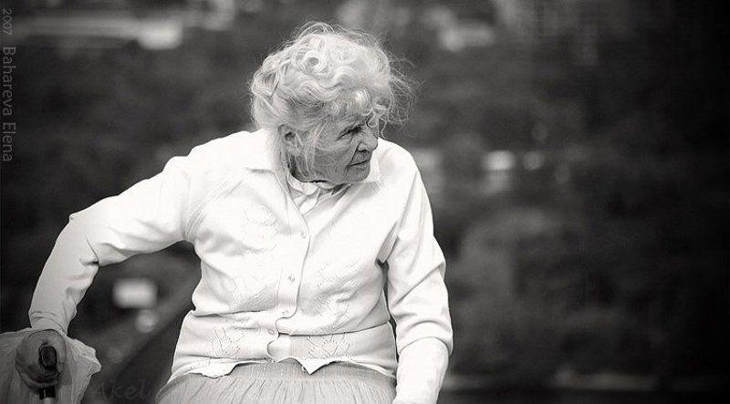 чб, бабушка с надеждой в будущее...photo preview