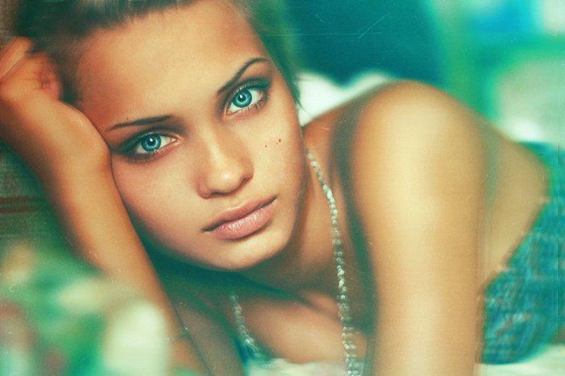 девушка, фото, одеяло, квартира, постель, настя, любовь, зеленая, глаза, голубые, милая, красивая, портрет, взгляд, цвета, день photo preview