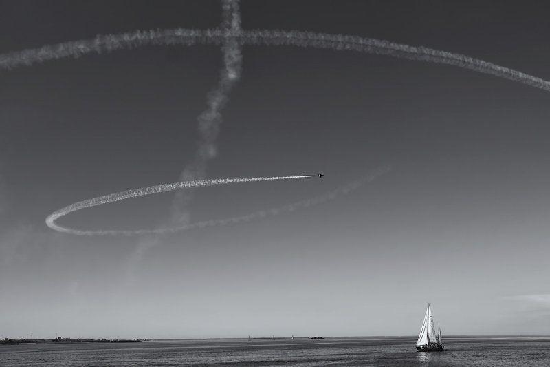 след, яхта, самолет photo preview