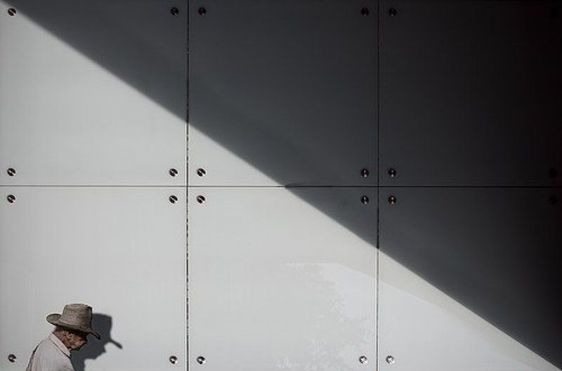 улицы, тень, люди, старик, окна, архитектура, здания, метро photo preview
