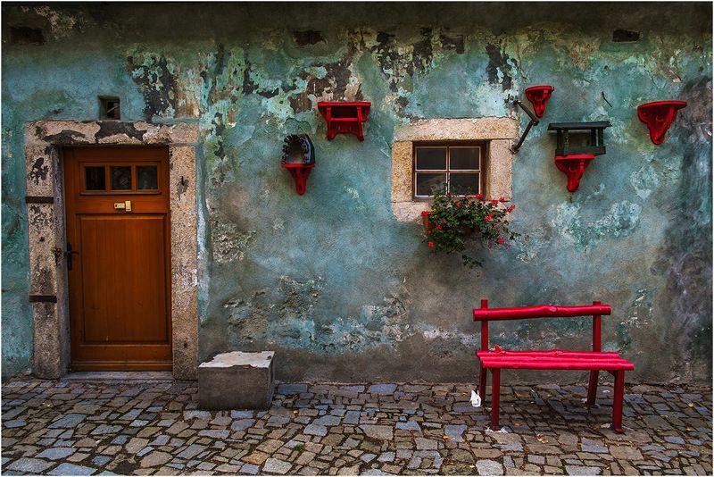 чешский крумлов, скамейка, стена Красная скамейкаphoto preview