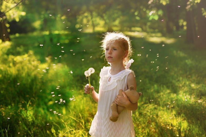 девочка, портрет, свет, лето, поле, цветы, одуванчик, радость, цвет, лицо, рыжая, веснушки, модель, жанр, детство, истории из детства, дети Истории из детства. Одуванчикphoto preview
