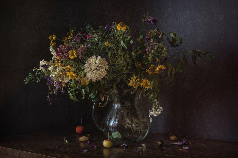 натюрморт, стекло, кувшин, цветы, жёлуди Увядший букетphoto preview