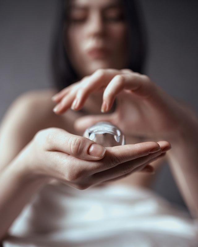 девушка, руки, стеклянный шар Ballphoto preview
