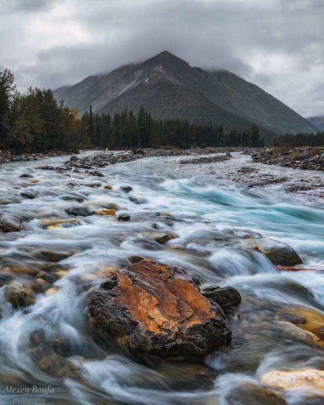 горы, пейзаж, природа, река, течение, камень Пасмурный деньphoto preview