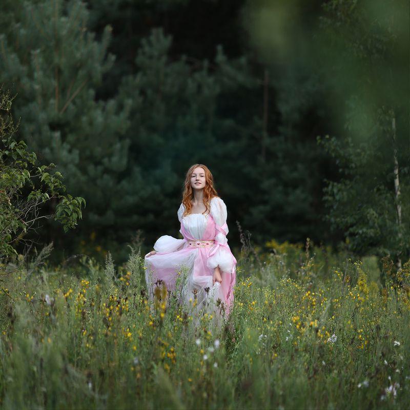 девушка в лесу, бегущая девушка, девушка в красивом платье photo preview