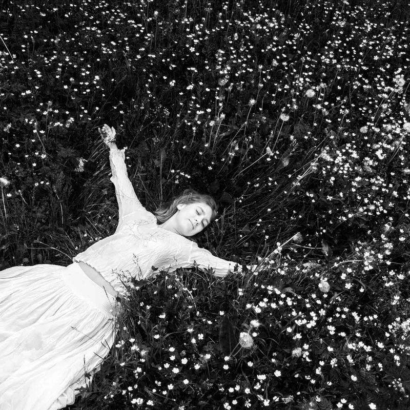 девушка, трава, лето, цветы, луг, черно-белое Летоphoto preview