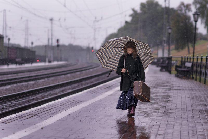 детская фотография,дождь,железная дорога, waiting for trainphoto preview