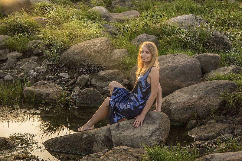 скалы камни вечер девушка река лето Девушка из воды2photo preview