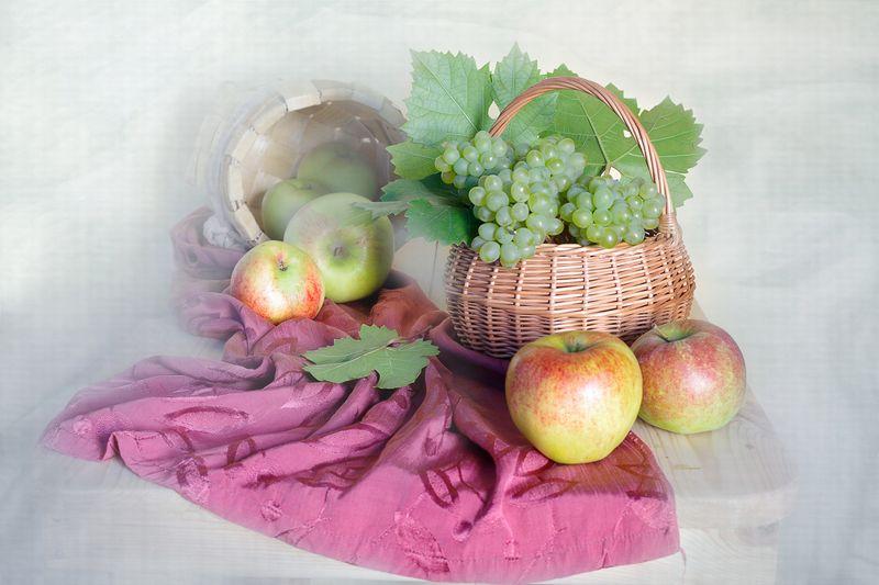 Яблоки и виноградphoto preview