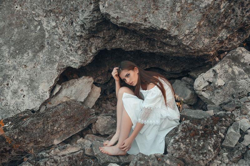 девушка, горы, белое платье, длинные волосы, в горах, камни Анастасияphoto preview