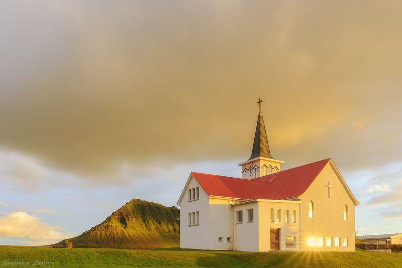 Церковь в городе Грюндарфьёрдюрphoto preview