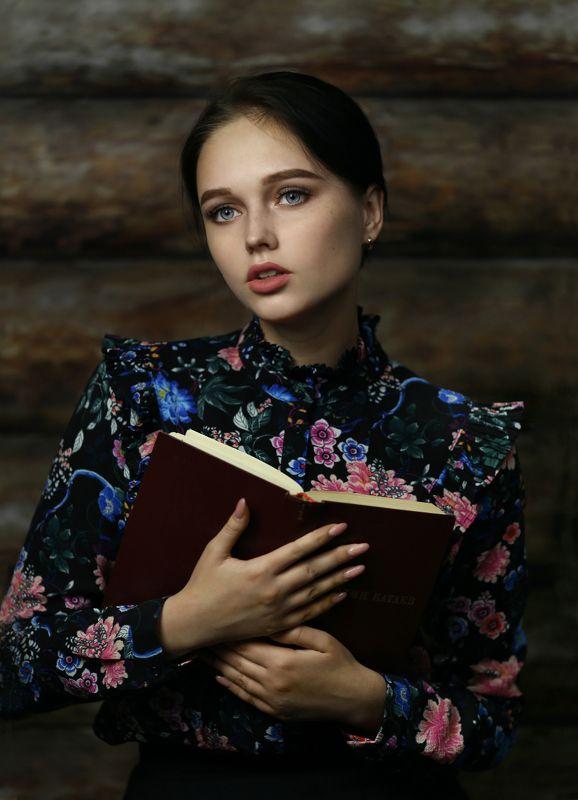 портрет девушки, ретро портрет, девушка с книгой Евгенияphoto preview