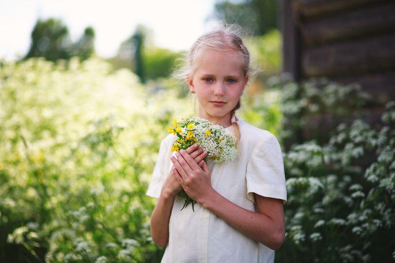 девочка, сестра, дружба, портрет, цветы, поляна, лето, на прогулке, игра, лицо, глаза, взгляд, жанр, семейная фотография, детство, истории из детства Истории из детства. Цветочный магазинphoto preview