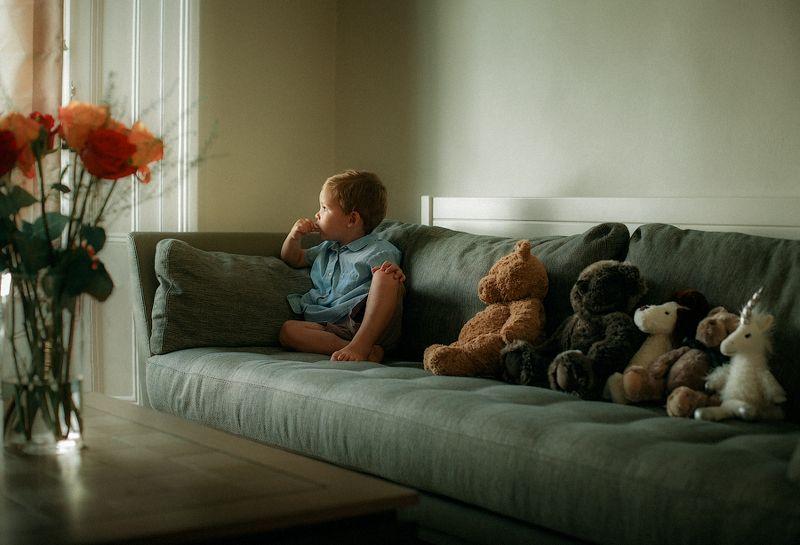 дети портрет дом утро ребенок семья игрушки настроение эмоции Утро с друзьями!photo preview