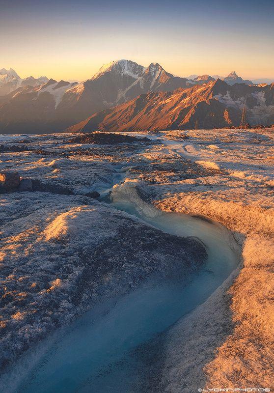 Рассветный Вид на Донгуз-Орун 4454м и ледник Семеркаphoto preview