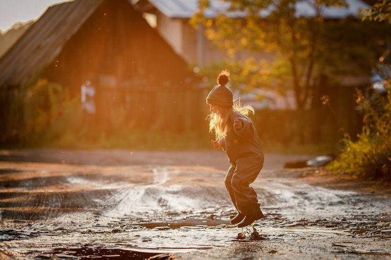 #девочка #лужи #домик #солнце #детство #юлиядин #прыгать По лужам))photo preview