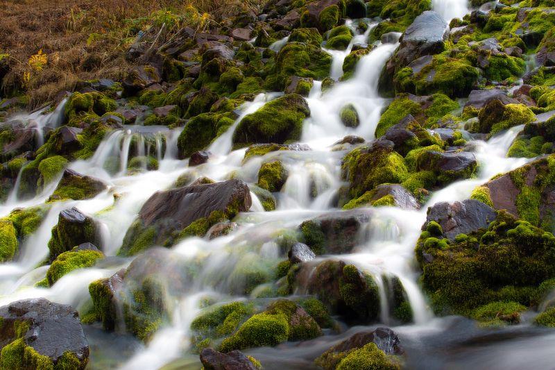 горы, природа, пейзаж, вода, река, мох Река выходит из-под землиphoto preview