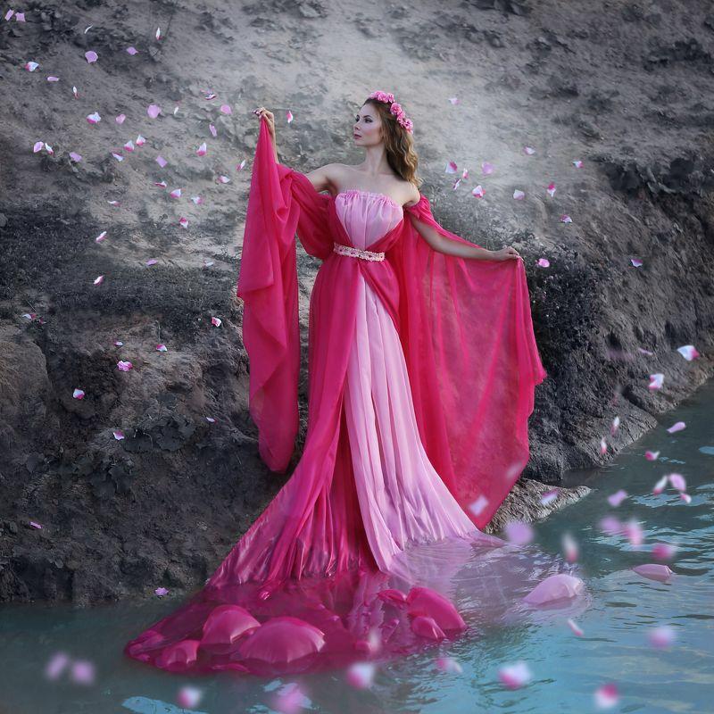 лепестки, летящие лепестки, девушка в розовом, девушка с венком, вихрь из лепестков Лепестки.photo preview