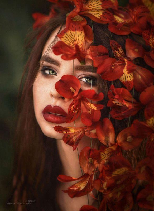 цветы,портрет,альстромерия,красные цветы,красная помада,зеленые глаза,цветочная композиция  И слышится как шепчет альстромерия ..ты так мила..photo preview