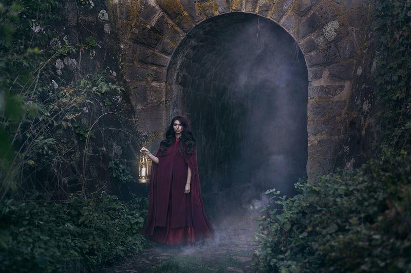 девушка, туман, сказка, сказочная фотосессия, фонарь, капюшон, тоннель Из туманаphoto preview
