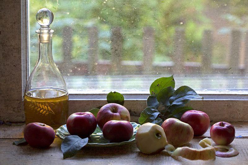 яблоки, листья, окно, стекло, графин, сентябрь Поздние яблокиphoto preview
