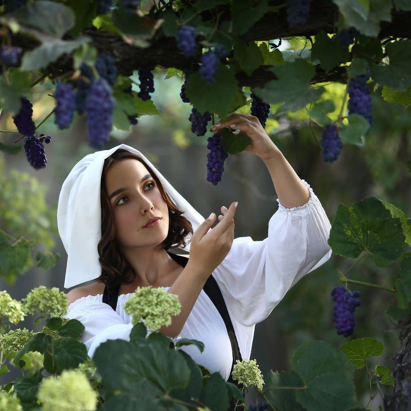 виноград, девушка с виноградом photo preview