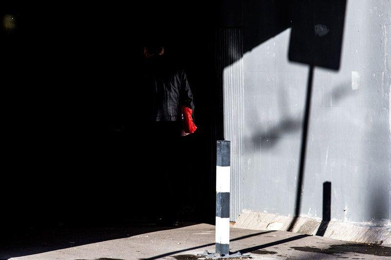 город, улица, Москва, свет, тень, человек, люди, цвет, красный, жанр, уличноефото, ***photo preview