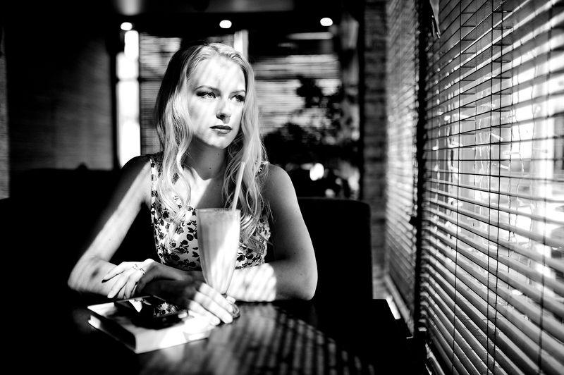 девушка,кафе,портрет в кафеphoto preview