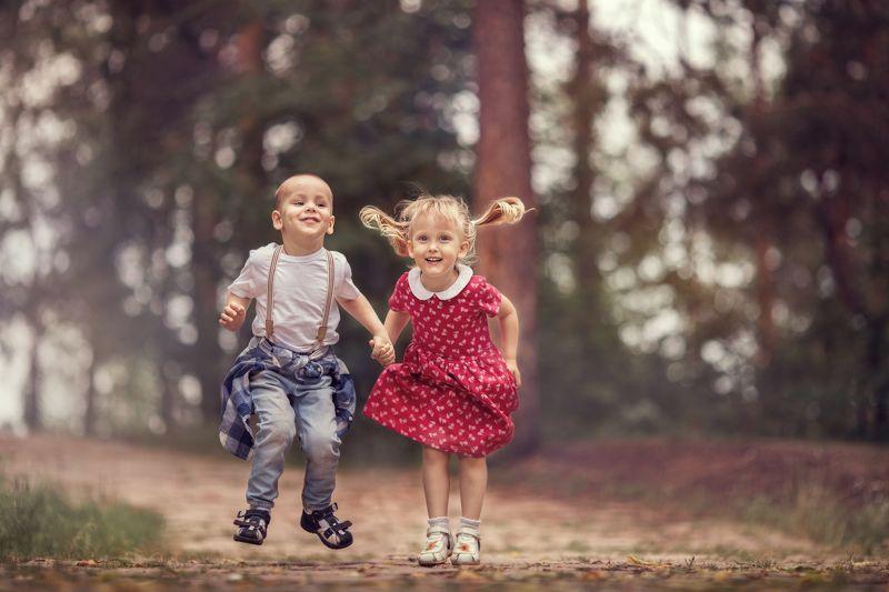 дети счастье прыжки  photo preview