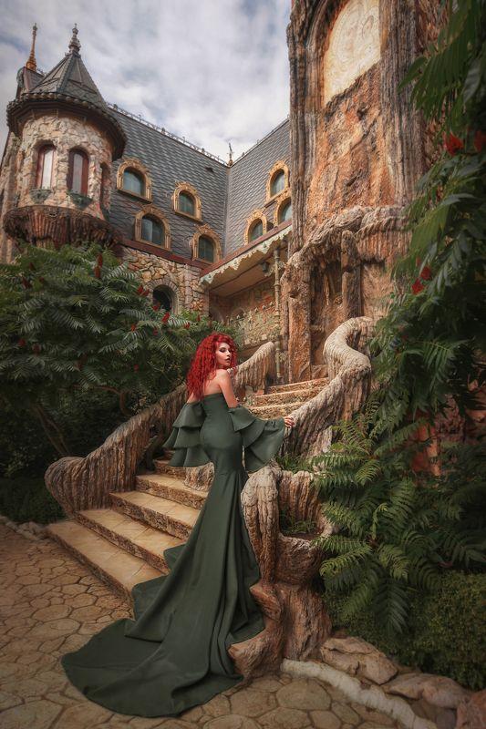 леди,красная женщина,красные волосы,замок,дворец,портрет,гламур,длинное платье,изящество,силуэт,сексуальность,лестница,девушка,красивая женщина Огненная леди у дворца photo preview