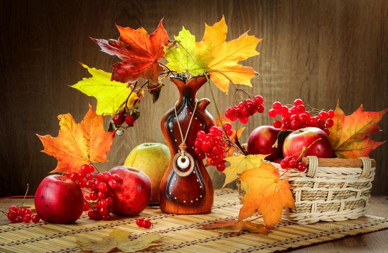 натюрморт, ваза, листья, яблоки Осеннийphoto preview