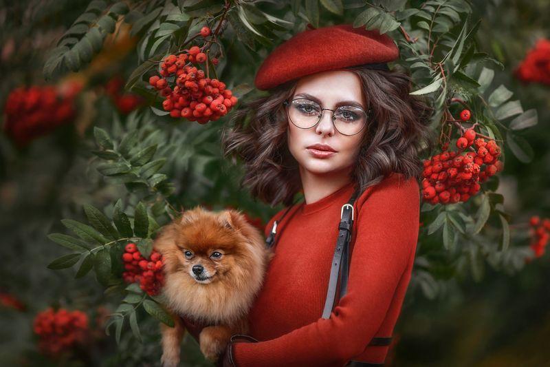 рябина,портрет,осень,осенний парк,красивая девушка,брюнетка,беретка,девушка с собачкой,очки,красные ягоды, Девушка в береткеphoto preview