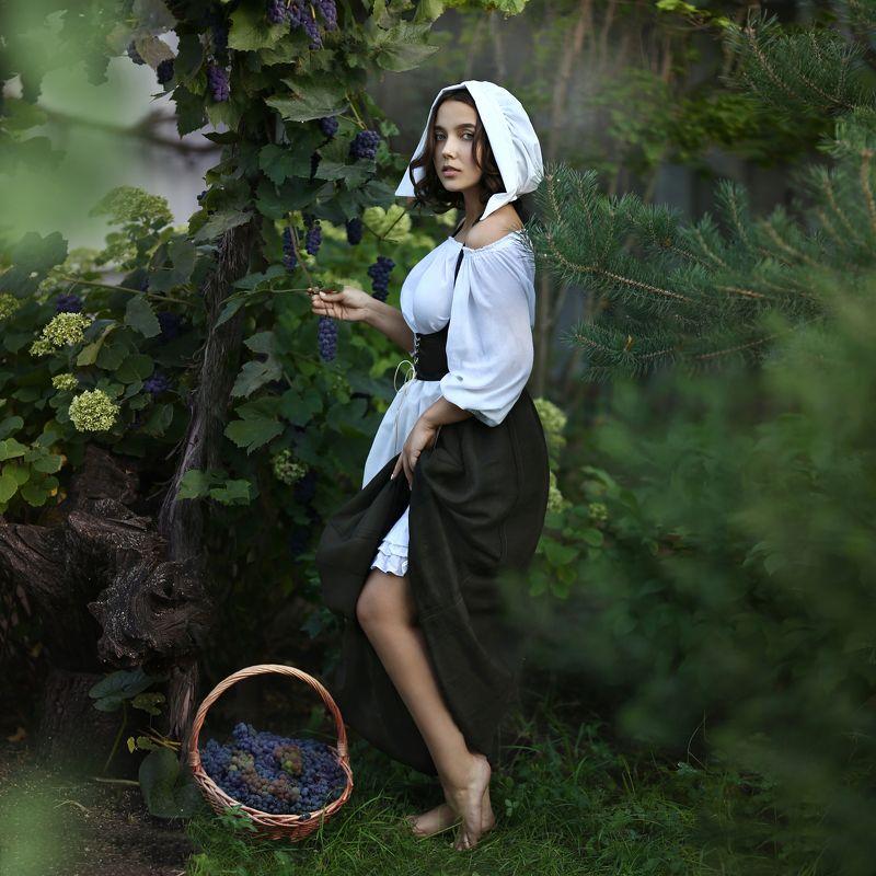 девушка, девушка в историческом костюме, девушка собирает виноград Сборщица виноградаphoto preview