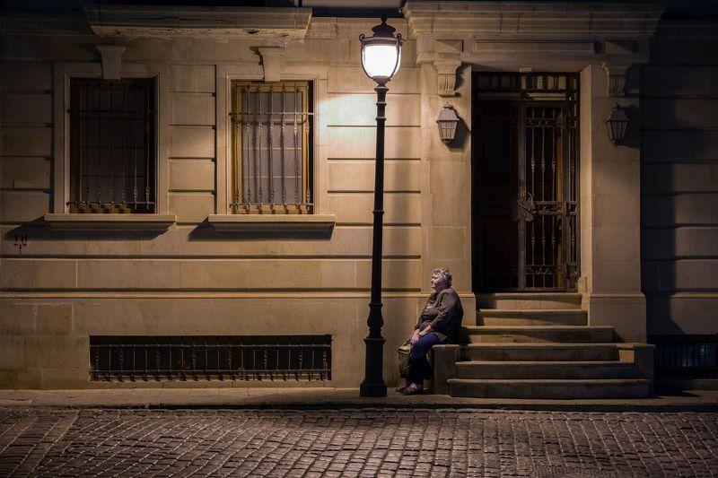 фонарь, улица, стрит, свет, женщина, здание, лестница, одиночество В свете фонаряphoto preview