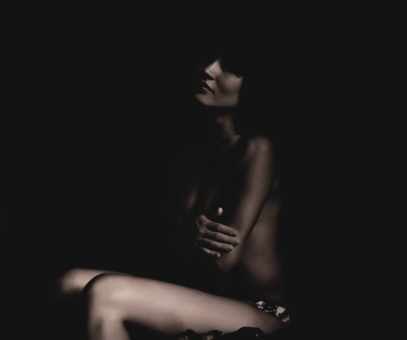 девушка, ню В темнотеphoto preview